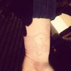 手腕处的大象图案鸽子血纹身作品