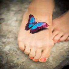 脚上非常逼真的蝴蝶纹身图案