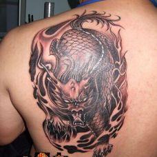 男生个性半背火麒麟纹身图案欣赏