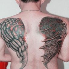 男生背部霸气天使与恶魔翅膀纹身图案