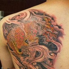 男生个性彩色麒麟纹身图片欣赏