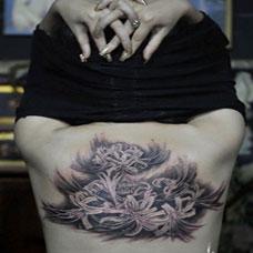 女生性感后背彼岸花纹身图案大全