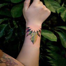 亲近大自然,手臂清新的树叶彩绘纹身