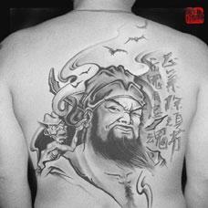 男生背部大气钟馗纹身图案欣赏