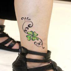 越努力越幸运,腿部四叶草纹身