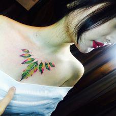 自然的色彩,美女胸部彩色树叶纹身图案