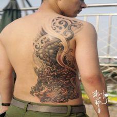 男性霸气背部貔貅纹身图案