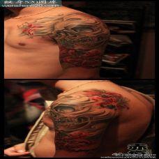男生手臂骷髅彼岸花纹身图片欣赏