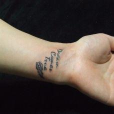 女生英文字母小翅膀纹身图案大全