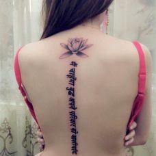 女生后背上唯美的花与藏文纹身图案