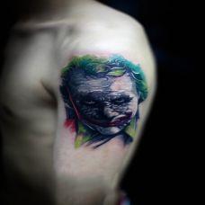 阴暗中的注视者,手臂小丑纹身