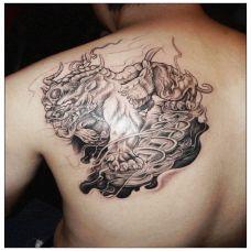 男士背部的貔貅黑白纹身图案