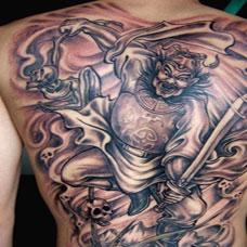 钟馗持剑捉鬼满背纹身图案欣赏
