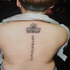 帅气的男士背部藏文纹身照片