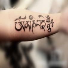 手臂上精美的藏文纹身作品欣赏