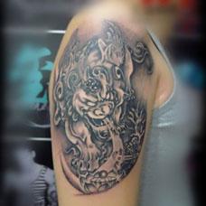 大臂上的霸气貔貅纹身图案