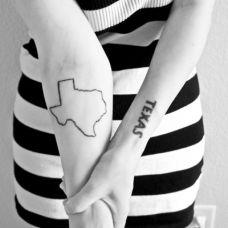 手臂女生黑白系英文纹身图案