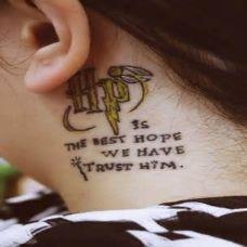 女生颈部耳后英文字母纹身图案