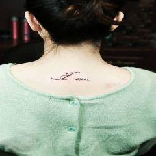 颈部小字母纹身图片