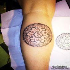 男生腿部藏文图腾纹身效果图片
