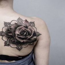 肩部黑灰色玫瑰花纹身图案