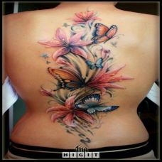 女士后背纹身花与蝴蝶图案
