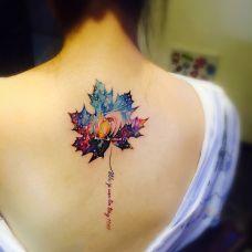 星空下的浪漫,后背星空枫叶彩绘纹身