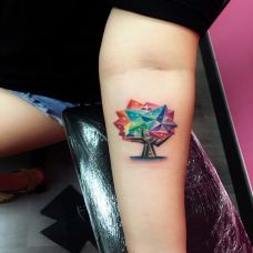 水晶之树,手臂色彩艳丽的大树个性纹身
