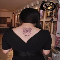 女生后背纹身小图案简单蝴蝶图片