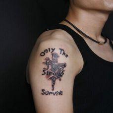 右上臂十字架个性纹身图案