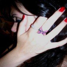 手指蝴蝶结纹身