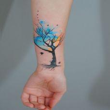 彩色的大树,手臂梦幻般的水彩大树纹身