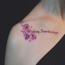 浪漫花语,美女锁骨清新花蕊英文纹身