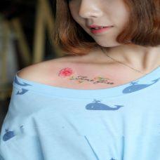 清新花之语,美女锁骨鲜花英文个性纹身