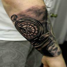 手臂个性指南针刺青纹身图案