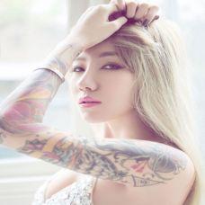 简单纹身美女肩部小图案