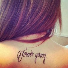 女生后背英文字母性感纹身图片