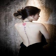 花香满盈美人背,美女后背鲜花英文清新纹身