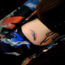 七彩炫丽,美女腰部彩色羽毛纹身图案