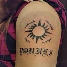 手臂时尚简约太阳图腾纹身