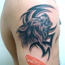 狼头图腾男人手臂帅气纹身