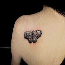 后背好看的蝴蝶纹身图案