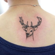 女生后背部麋鹿纹身小图案