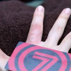 纹在手指上的隐形纹身图案