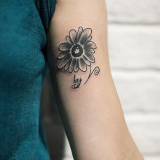 个性的手臂菊花小纹身图片