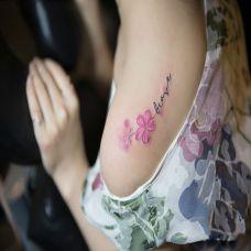 花之密语,披肩鲜花字母个性纹身