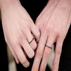 情侣手指黑色线条纹身图案
