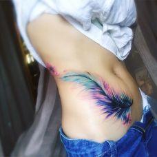 生命的色彩,美女腹部彩色羽毛唯美纹身