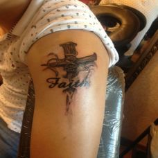 右上臂十字架纹身图案潮流时尚