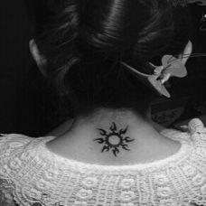 颈部后太阳图腾纹身图片